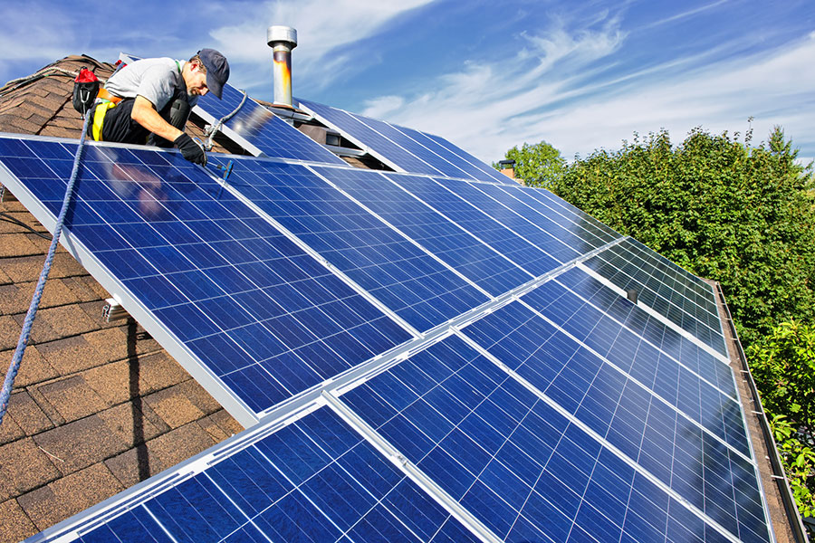 加拿大英屬哥倫比亞大學的研究人員開發出利用細菌將光轉換成能量的太陽能電池,或將增進太陽能的廣泛使用。圖為一般的太陽能板。(Fotolia)