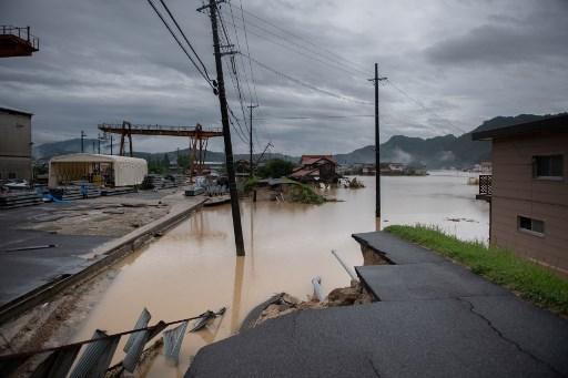 西日本地區連日來暴雨成災,各地災情在7月9日繼續擴大,截至目前為止,死亡人數已上升到112人,另有超過80人下落不明。(Martin BUREAU/AFP)