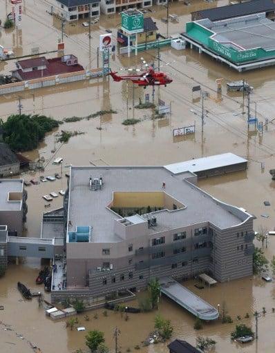 西日本地區連日來暴雨成災,各地災情在7月9日繼續擴大,截至目前為止,死亡人數已上升到112人,另有超過80人下落不明。(JIJI PRESS/STR/AFP)
