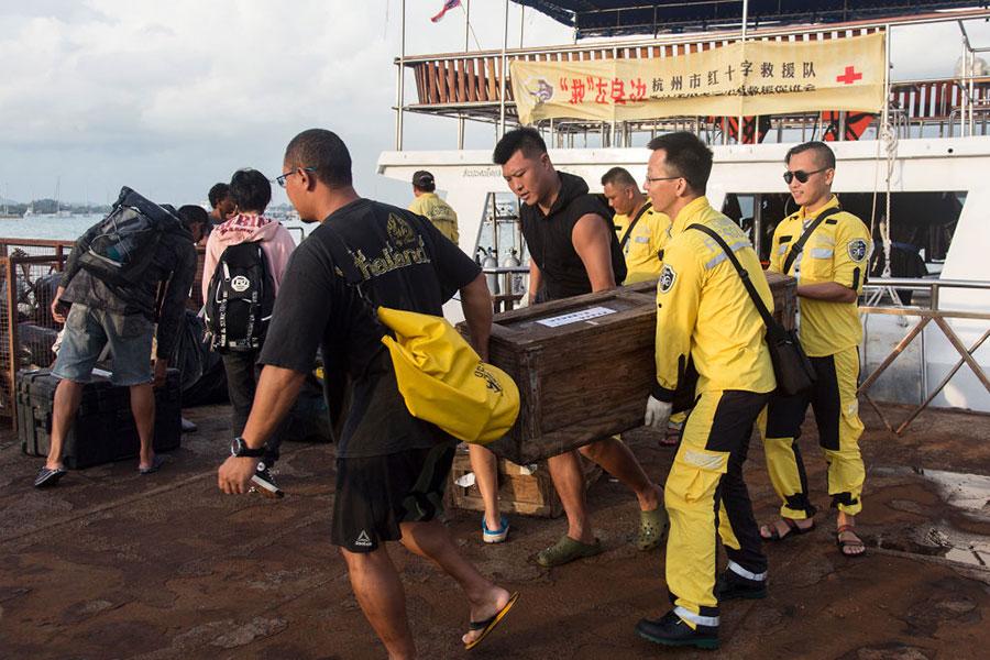 到目前為止,已有50多名中國遇難者親屬抵達布吉島。(Ore Huiying/Getty Images)