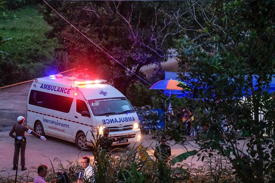 周一(7月9日),救援人員又從泰國北部一個部份被水淹沒的洞穴中救出4名少年足球隊員,目前救出的人數達到8人。(Linh Pham/Getty Images)
