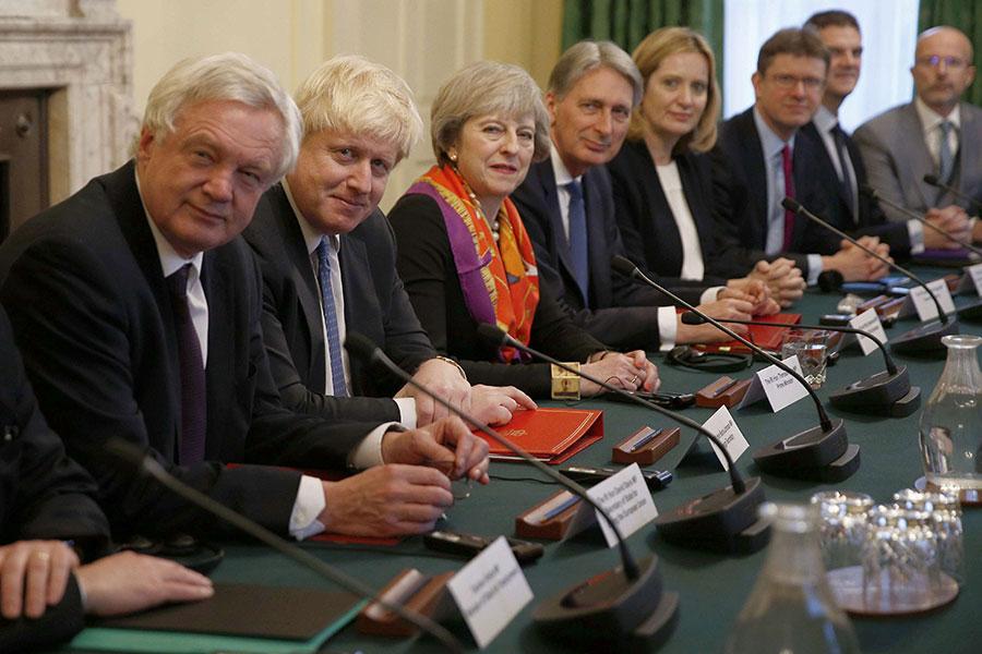 英國脫歐事務大臣戴德偉(左一)和外交大臣約翰遜(左二)提出辭職,以表達對首相文翠珊(左三)脫歐計劃的抗議。(PETER NICHOLLS/AFP/Getty Images)