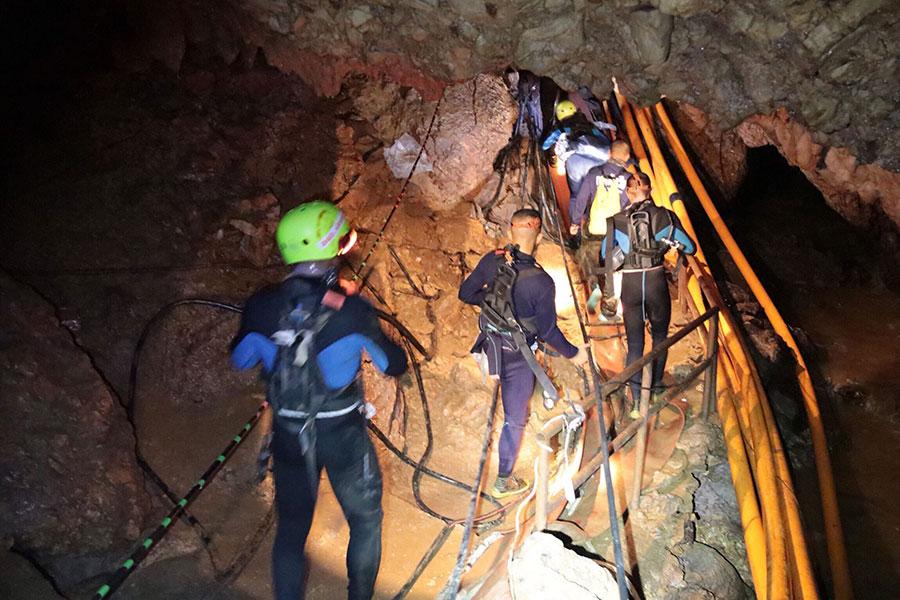 為了救出12名男孩,事發地點聚集了全球最精英的潛水員。周一,特斯拉行政總裁也以自己的方式提供了幫助。(AFP PHOTO/ROYAL THAI NAVY/Handout)
