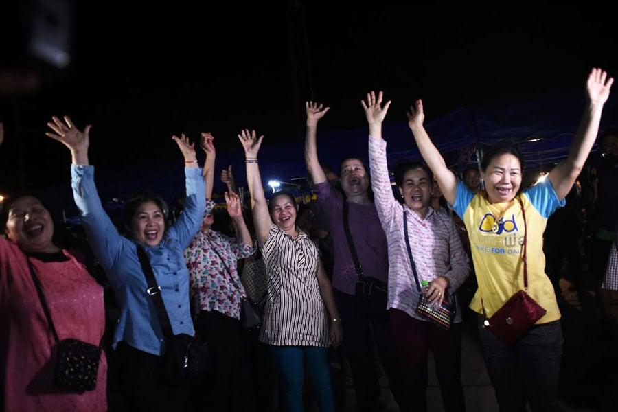 當地時間7月10日晚上,被全球關注的泰國足球隊營救行動結束,人們歡呼雀躍。(YE AUNG THU/AFP/Getty Images)