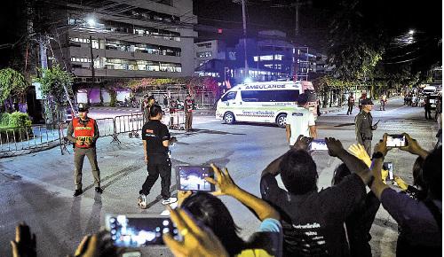 據報載著最一批獲救足球小將和教練的救護車停泊在清萊一家醫院前。(LILLIAN SUWANRUMPHA/AFP/Getty Images)