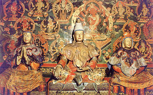 松贊干布(中)、文成公主(右)與尺尊公主(左)的塑像。(公有領域)