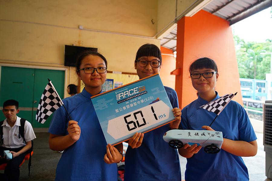 榮獲中學組總冠軍聖公會鄧肇堅中學學生與她們的作品。(曾蓮/大紀元)