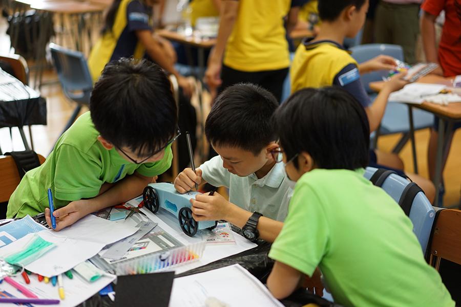 學生在製作火箭車,需將方形材料打磨成流線型的設計。(主辦方提供)