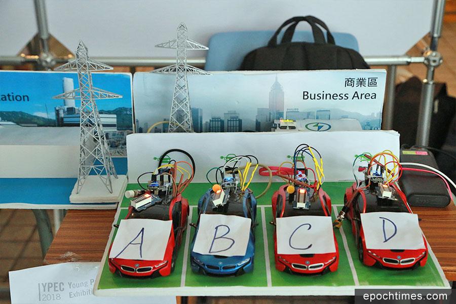 福建中學中四級的學生團隊,設計商業區停車場備用電,為電動車充電。(陳仲明/大紀元)