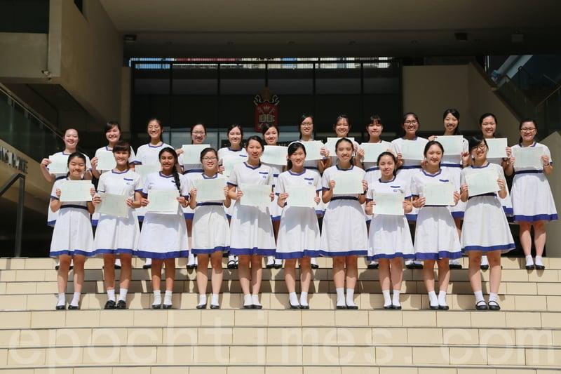 應屆DSE中取得優異成績的拔萃女書院學生們。(陳仲明/大紀元)