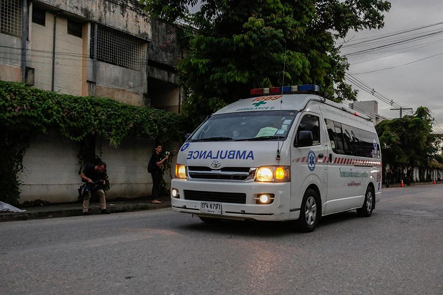 泰國少年足球隊所有成員順利獲救,被認為是完成了一項「不可能的任務」。圖為救護車載著獲救少年前往醫院。(Lauren DeCicca/Getty Images)