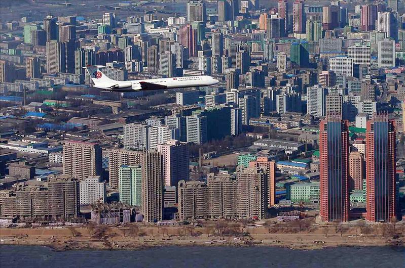 圖為金正恩的專機飛越平壤上空。(KCNA/YONHAP/AFP)