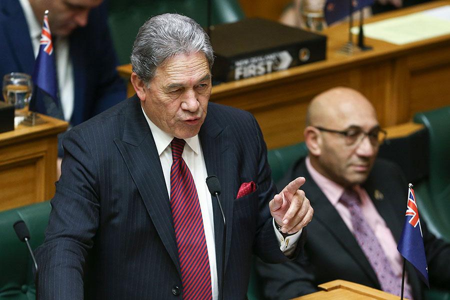 上周五,新西蘭發佈的最新《戰略防禦政策聲明》指出,來自中共和俄羅斯的強大新形式壓力正在對國際秩序及新西蘭構成威脅。本周一,新西蘭代總理彼得斯(Winston Peters)證實,新西蘭的最新強硬路線招致中共不滿,但新西蘭依然堅持獨立的外交政策。圖為彼得斯,旁邊為新西蘭國防部長馬克(Ron Mark)。(Hagen Hopkins/Getty Images)