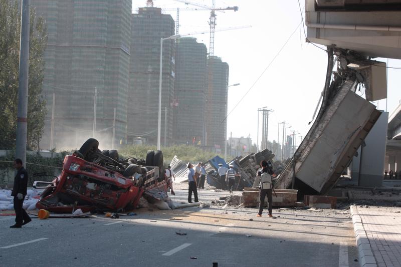 福建交建和中港灣承建的哈爾濱陽明灘大橋,在完工不到一年就坍塌,被指豆腐渣工程。(STR/AFP/Getty Images)