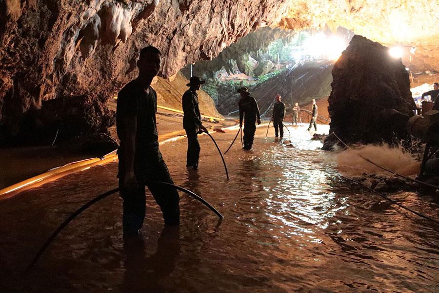 泰國海軍海豹部隊周二(7月10日)表示,受困泰北淹水洞穴的12名少年足球隊員和一位教練都獲救出洞。(AFP PHOTO/ROYAL THAI NAVY/Handout/XGTY)