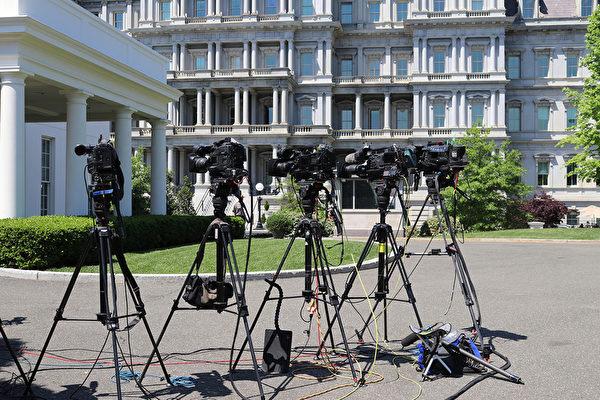 美國總統特朗普曾在5月發推文說,對那些報道負面新聞、假新聞的媒體,考慮吊銷他們的記者證。圖為在白宮的電視媒體攝像機。(亦平/大紀元)