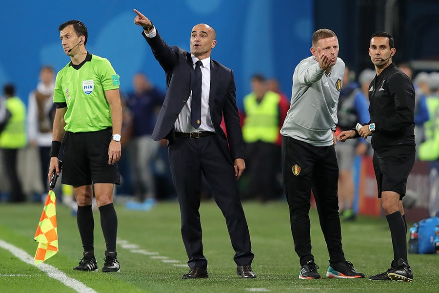 比利時隊主帥羅伯托・馬丁內斯示意陣型再往前壓上一些。(Alexander Hassenstein/Getty Images)