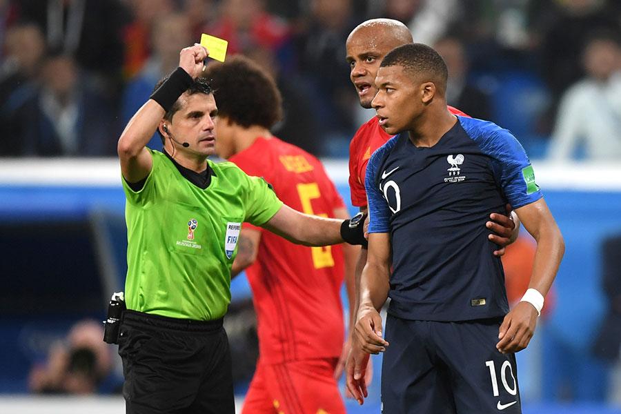法國隊的基利安麥巴比終場前故意假摔和拖延比賽時間被主裁判出示黃牌。(Shaun Botterill/Getty Images)