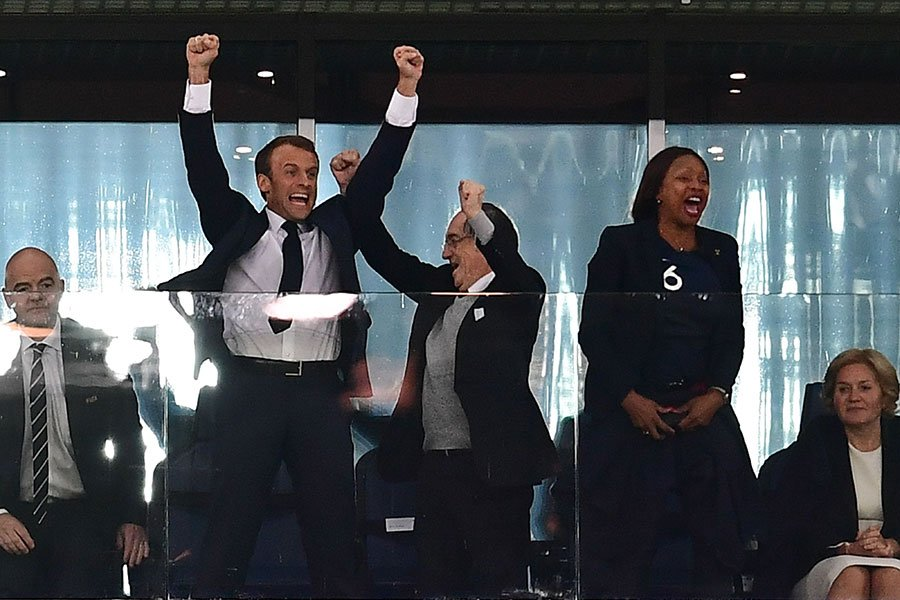 法國總統馬克龍前往俄羅斯觀看比賽。圖為馬克龍為法國隊的勝利高興歡呼。(GIUSEPPE CACACE/AFP/Getty Images)