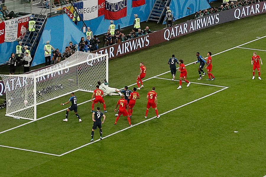 法國隊進球瞬間,烏姆迪迪前點甩頭攻門得手。(ADRIAN DENNIS/AFP/Getty Images)