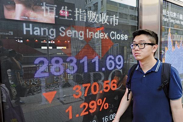貿易戰升級,港股失守十天線,收市跌370點。(宋碧龍/大紀元)