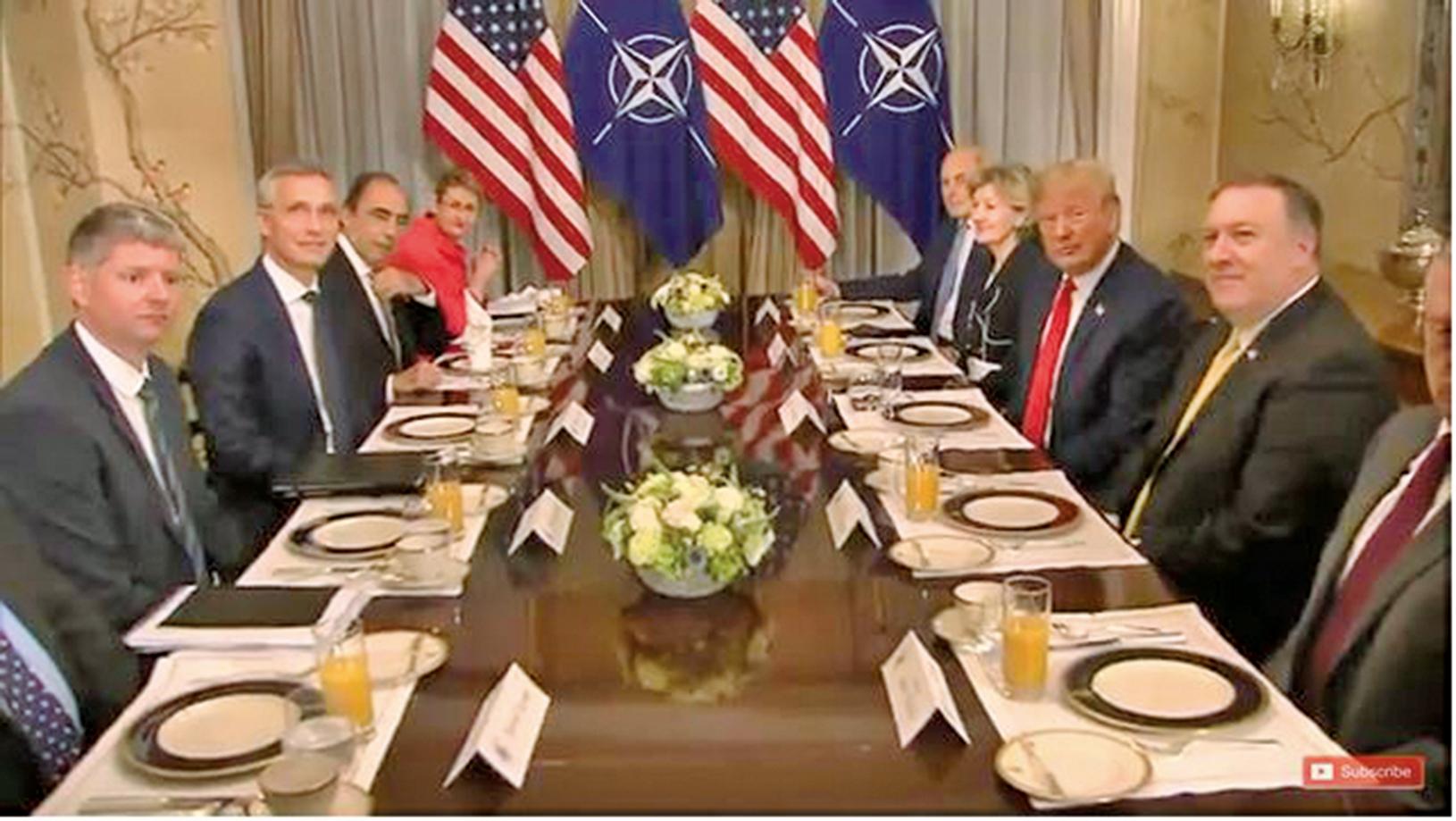 2018年7月11 日,美國總統特朗普(右排中)和北約秘書長斯托爾滕貝格出席早餐會。特朗普說,德國從俄羅斯獲得了大量的能源,成了俄羅斯的俘虜。(AFP)