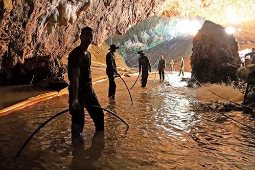 泰國海軍海豹部隊7月10日表示,受困泰北淹水洞穴的12名少年足球隊員和一位教練都獲救出洞。(AFP)