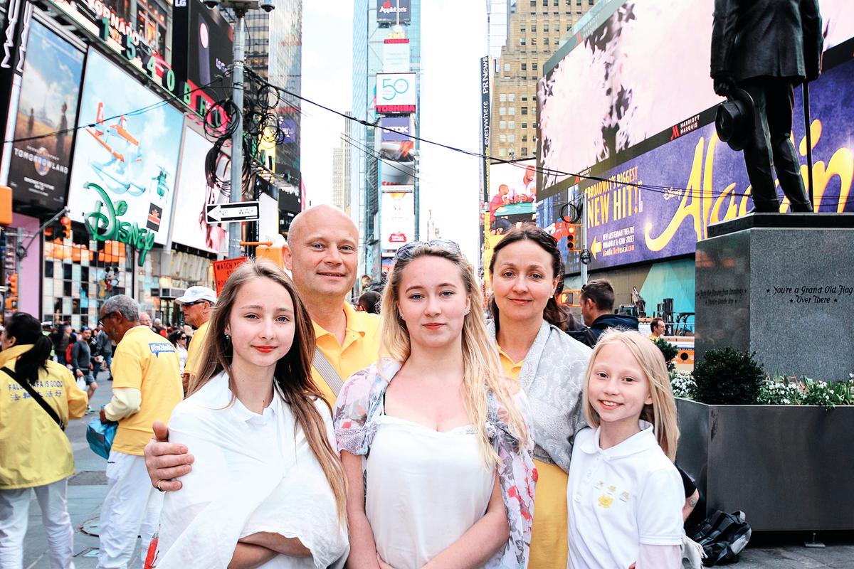 克里斯蒂娜•克林納特(Kristina)與丈夫溫納•克林納特(Werner)和三個女兒在紐約。(明慧網)