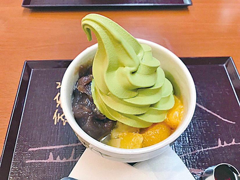 宇治園的抹茶霜淇淋甜度不高。