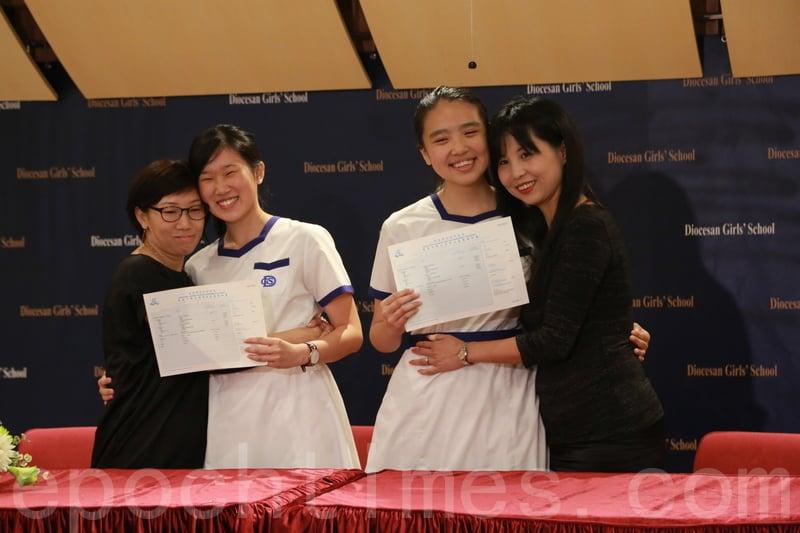 梁芷喬(左二)、林悅兒(右二),兩人均視母親為自己的「偶像」。(陳仲明/大紀元)