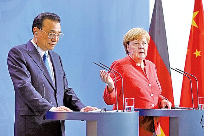 圖為7月9日李克強訪問德國,與德國總理默克爾舉行新聞發佈會。(Getty Images)