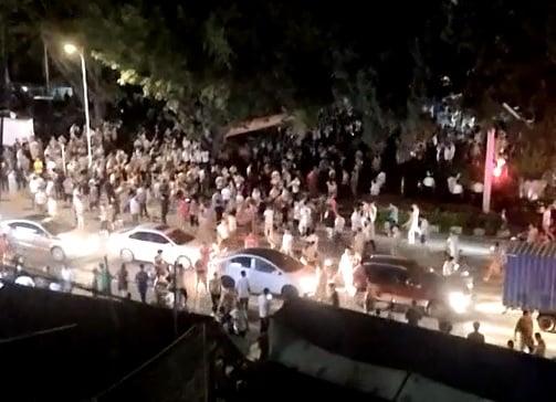 7月9日晚,廣東佛山市順德區龍江鎮旺崗村發生萬民掀警車、砸警局的群體事件。(視像擷圖)