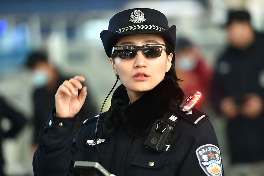 大陸出現人臉識別新應用。鄭州警方在鄭州東站用人臉識別墨鏡監控民眾。(AFP/Getty Images)