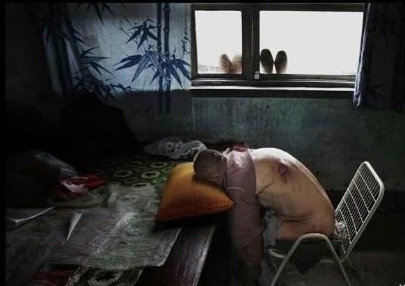 山西省臨汾市下康村村民長期飲用被工業污水污染的地下水,有五十多人得了癌症和腦血栓。圖為64歲的王寶生在2003年發病,一直臥床不起,使他全身很多地方潰爛,無錢治病。不能上床睡覺,每天只能趴在床前過日子。(網絡圖片)
