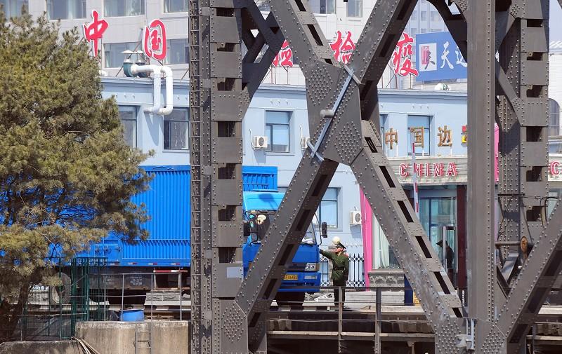 根據為聯合國北韓制裁委員會準備的解密情報簡報內容,中國和俄羅斯兩國的公司繼續幫助北韓進口超過聯合國授權上限的石油產品。圖為中朝邊境的丹東邊防檢查站。(AFP)