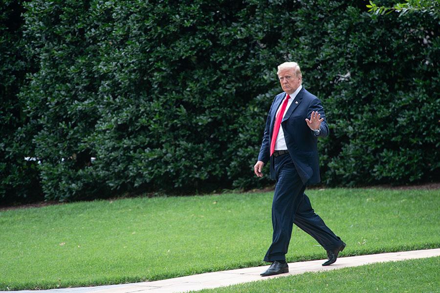 美國總統特朗普周四(7月12日)對外公開北韓領導人金正恩發來的信函。(NICHOLAS KAMM / AFP)