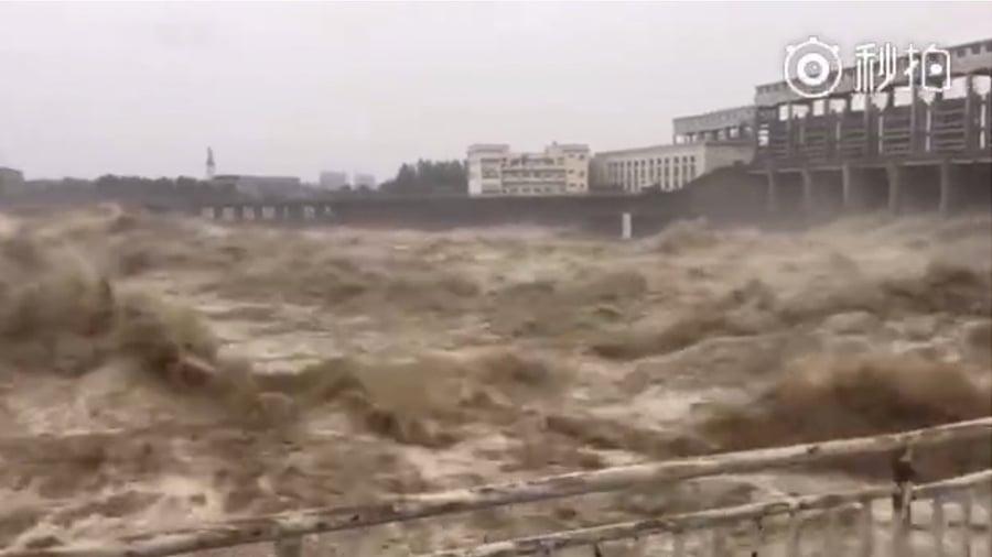 近日,四川多地遭遇暴雨襲擊,其中綿陽市持續降大暴雨,逾5萬人受災,江河水位上漲,發生1949年以來最大洪水。圖為綿陽洪災。(視像擷圖)