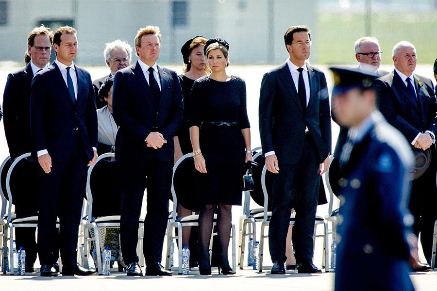 荷蘭國王威廉-亞歷山大(左)和王后馬克西瑪(中)、荷蘭總理呂特(右)等親自迎接遇難者遺體的抵達。(ROBIN VAN LONKHUIJSEN/AFP/Getty Images)