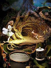 在5月份的世貿總理事會上,謝伊大使說,「我們現在已經進入了愛麗絲夢遊仙境了,白色(被說成)是黑色的,上下顛倒了。這實在是太神奇了!」圖為倫敦著名茶品百貨公司Fortnum & Mason「愛麗絲夢遊仙境」櫥窗主題。(中央社)