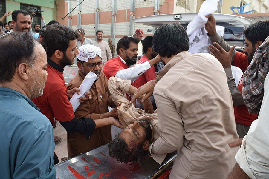 一名巴基斯坦男子於2018年7月13日在選舉集會上發生的自殺式炸彈爆炸後受傷,被送往醫院。(BANARAS KHAN/AFP/Getty Images)