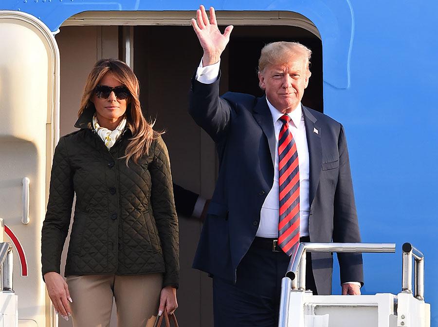 美國總統特朗普在接受英國《星期天郵報》專訪時透露,他有意在2020年競選連任,而民主黨內沒有適當人選可與之匹敵。圖為2018年7月13日,特朗普伉儷搭乘空軍一號訪問蘇格蘭。(Andy BUCHANAN/AFP)