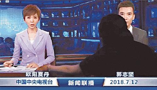 7月12日晚上,中共央視《新聞聯播》出現播出事故。在轉播的畫面中,突然有一個黑衣人向主持人遞稿的畫面被鏡頭記錄下來。(推特截圖)