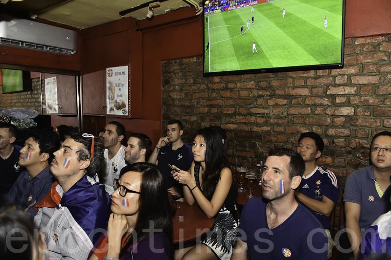 在駱克道一間酒吧,有法國隊球迷一起觀看世界盃決賽。(郭威利/大紀元)