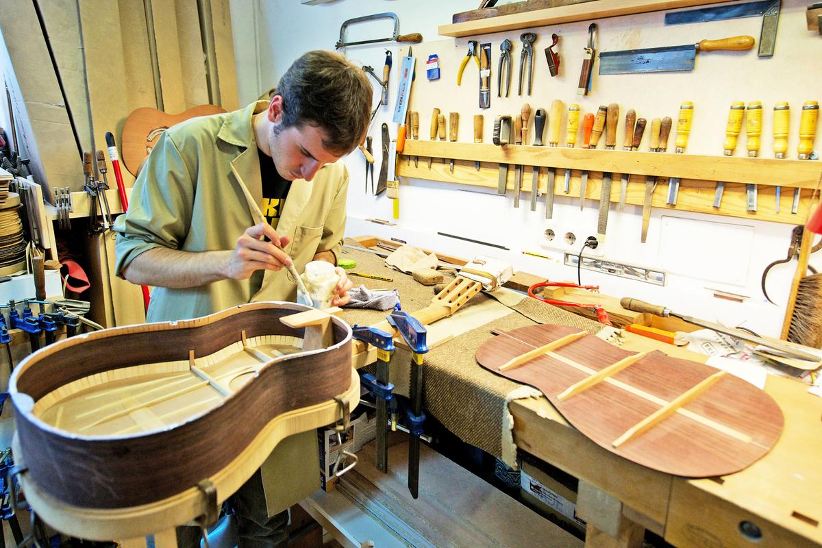 維珍尼亞州的一些彈結他的學生正在學習如何製造結他。(Getty Images)