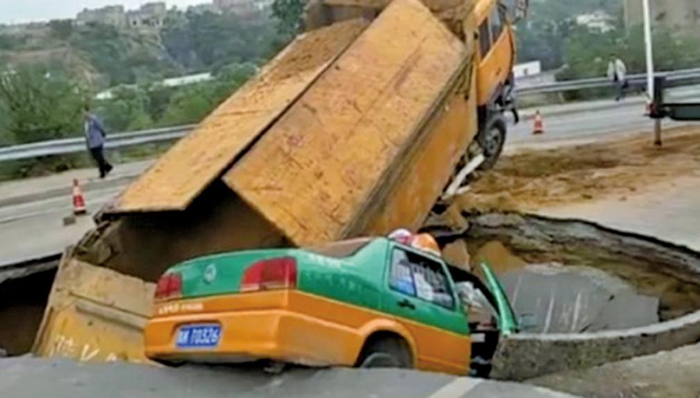 陝西榆林一主幹道 路面塌陷  兩車栽進大坑