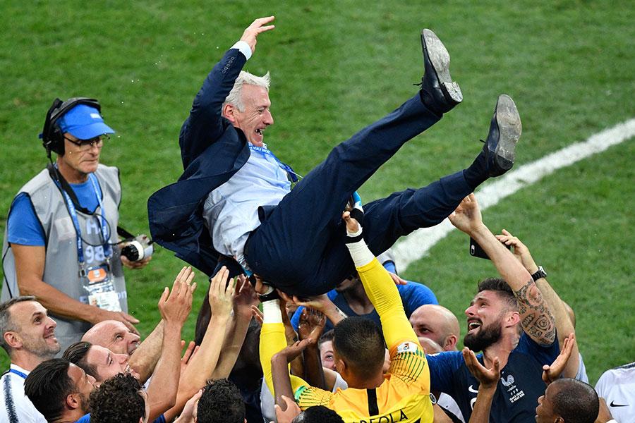 法國隊主教練迪甘斯被球員拋起慶祝。迪甘斯20年前作為球員協助法國隊奪冠,20年後又作為教練率領法國隊奪冠。(ALEXANDER NEMENOV/AFP/Getty Images)