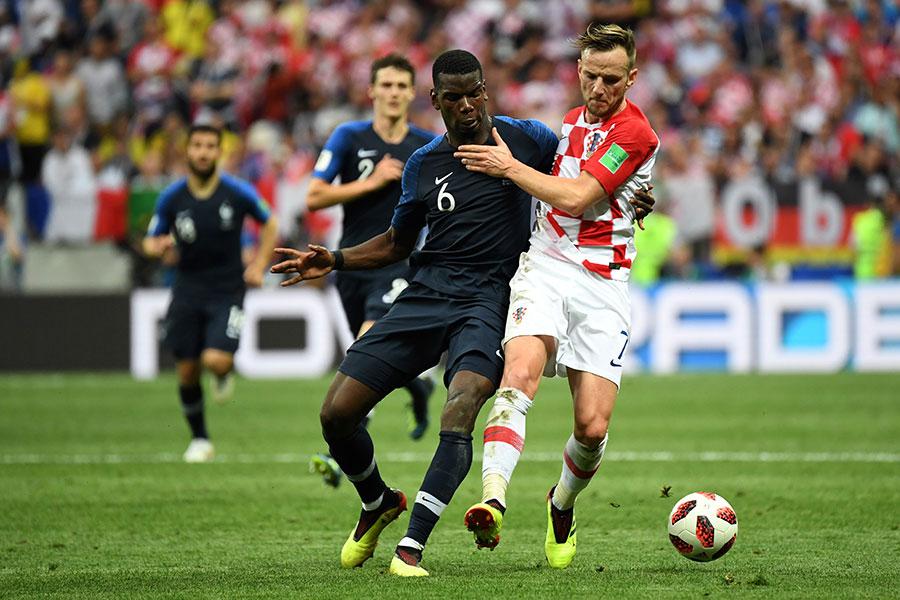 比賽中雙方球員激烈拼搶。圖中右為克羅地亞中場大將拿傑迪錫,左為法國隊中場核心保羅普巴。(KIRILL KUDRYAVTSEV/AFP/Getty Images)