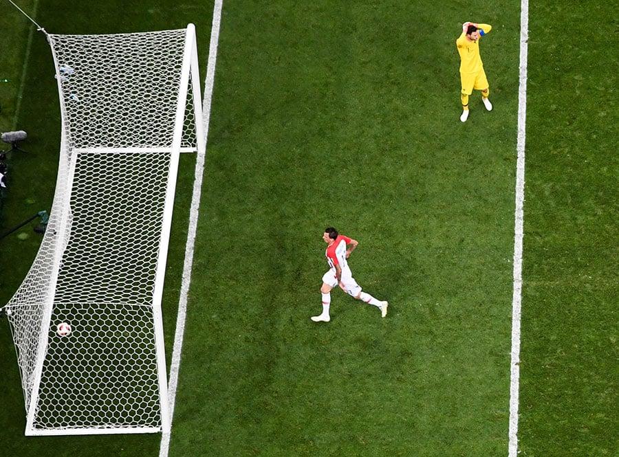 法國門將洛里斯的低級失誤將會載入史冊,險些斷送法國隊大好前程。(AFP/Getty Images)
