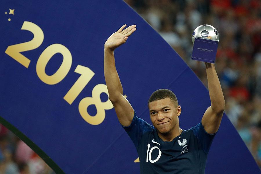 法國隊19歲小將基利安麥巴比奪得最佳新人獎,被譽為「法國比利」目前全球轉會市場上最值錢球員,目前身價1億歐元。(ODD ANDERSEN/AFP/Getty Images)