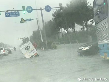 北京暴雨連場,引致山洪暴發。(微博圖片)